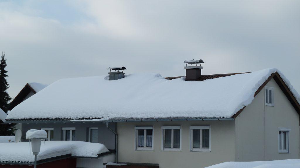 Reihenhaus mit (links) und ohne (rechts) Dachdämmung
